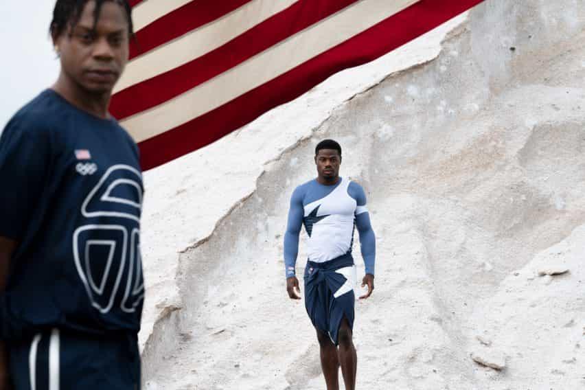 Dos hombres vestidos con uniformes olímpicos telfar azul y blanco