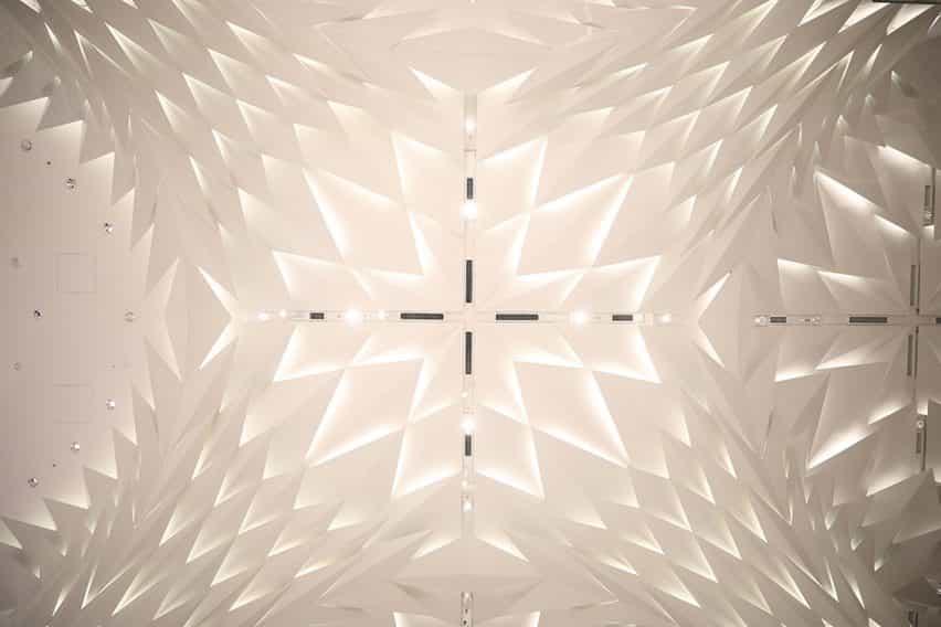 Techo de Nihombashi Mitsukosuki por Lighting Planners Associates