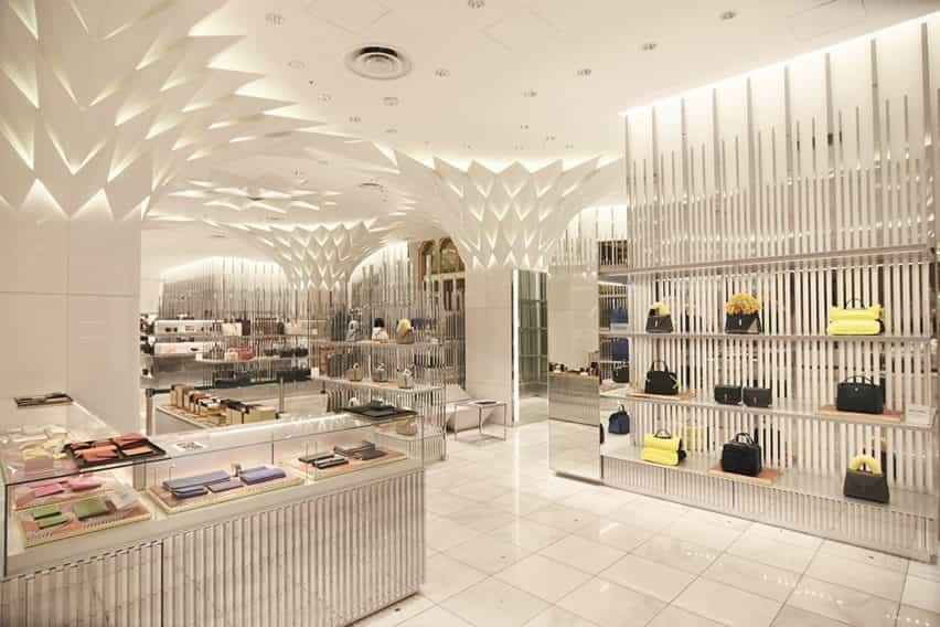 Los paneles en forma de hoja decoran Nihombashi Mitsukoshi por Lighting Planners Associates