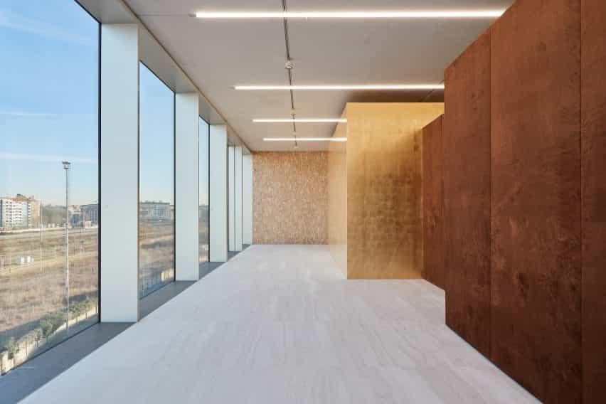 El terciopelo y oro de la hoja exterior de la exposición de porcelana de habitaciones diseñado por Tom Postma Diseño de la Fondazione Prada