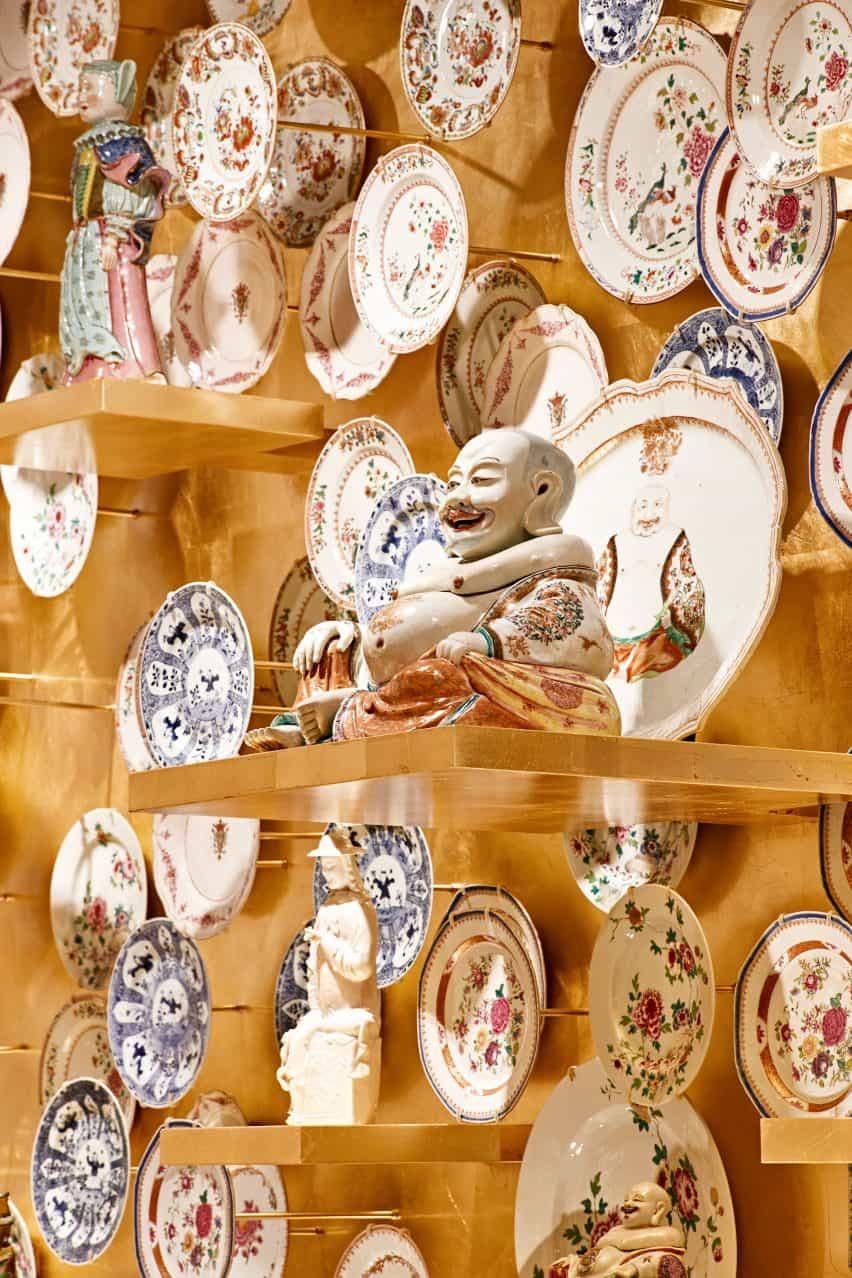 El cuarto de la porcelana de oro en la exposición de porcelana de habitaciones diseñado por Tom Postma Diseño de la Fondazione Prada