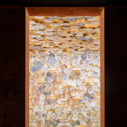 Tom Postma Diseño suspende 1.400 platos de porcelana en la sala de oro-dorado en la Fondazione Prada