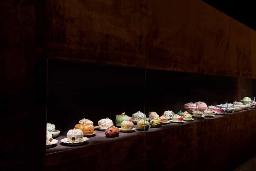 Pasillo con soperas en la exposición de porcelana de habitaciones diseñado por Tom Postma Diseño de la Fondazione Prada