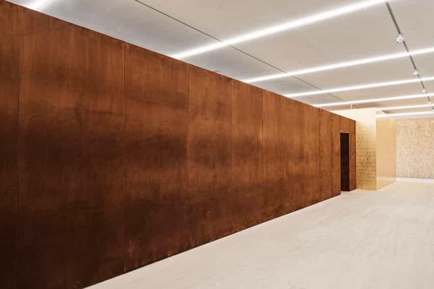 El exterior de terciopelo de la exposición de porcelana de habitaciones diseñado por Tom Postma Diseño de la Fondazione Prada