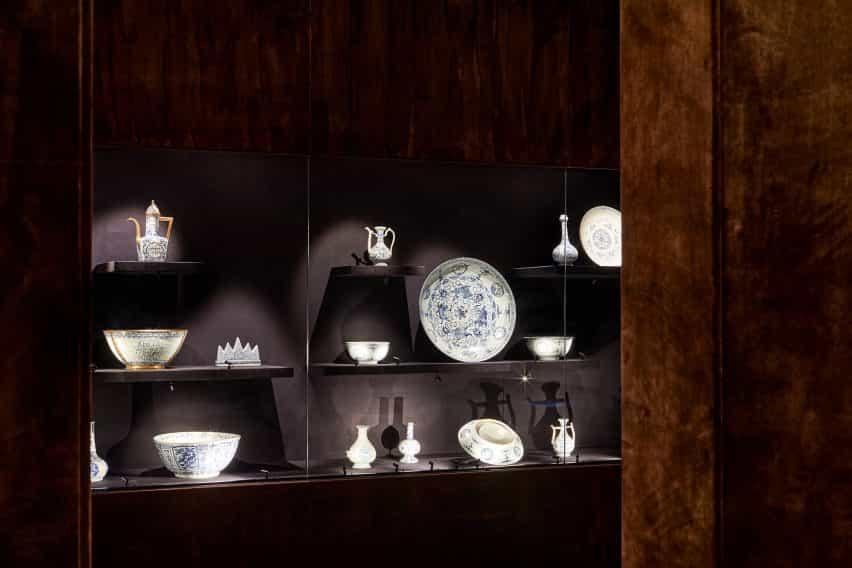 La primera habitación órdenes en la exposición de porcelana de habitaciones diseñado por Tom Postma Diseño de la Fondazione Prada