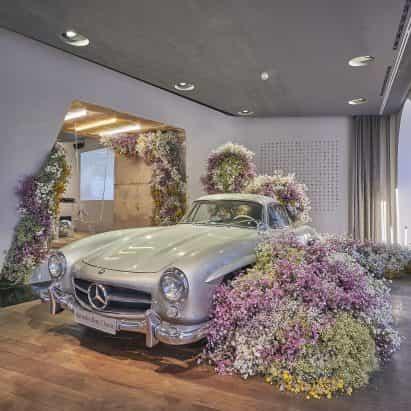 La instalación floral da la bienvenida a la primavera en Studio Odeonsplatz de Mercedes-Benz