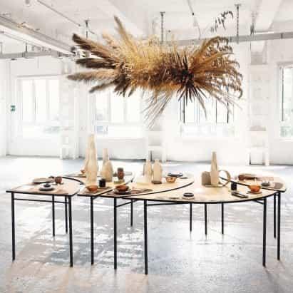 Studio.traccia muestra vajilla y mesa para desperdicios de comida en la semana del diseño de Milán
