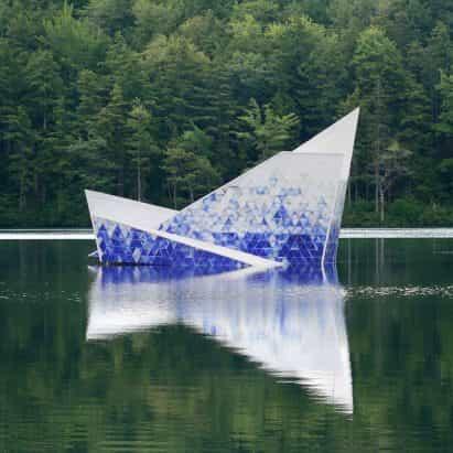 Iceberg formas plataforma de buceo que flotan en el lago de New Hampshire