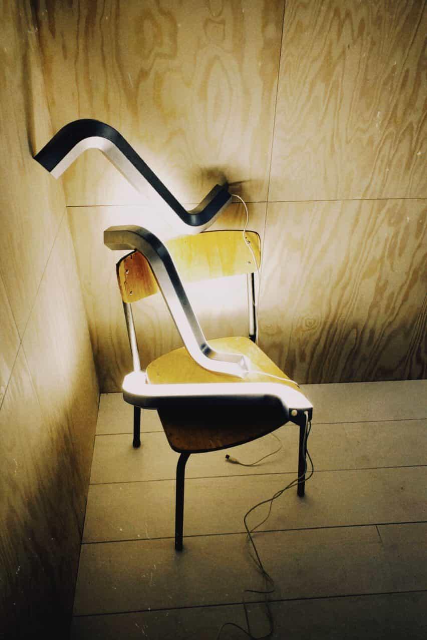 Tres luces allen de Gelchop en una silla