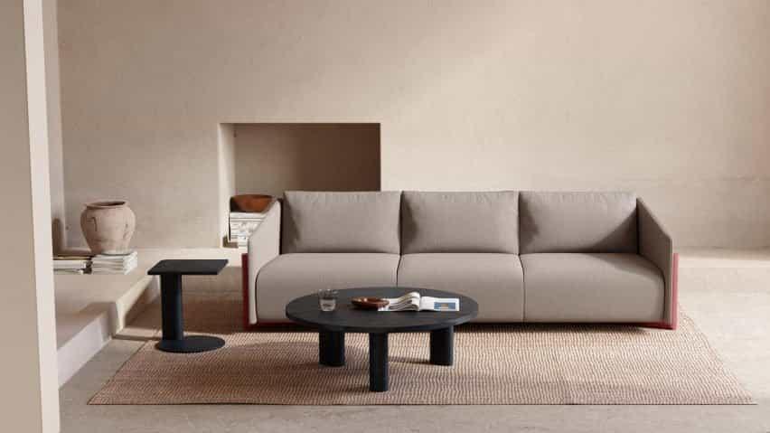 Tejido neutro en el sofá con base de madera