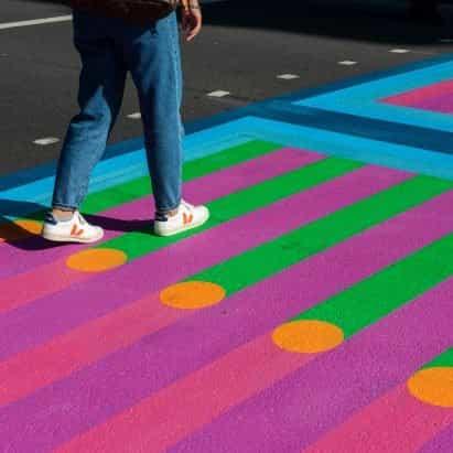 Yinka Ilori crea 18 coloridos cruces sobre las calles de Londres