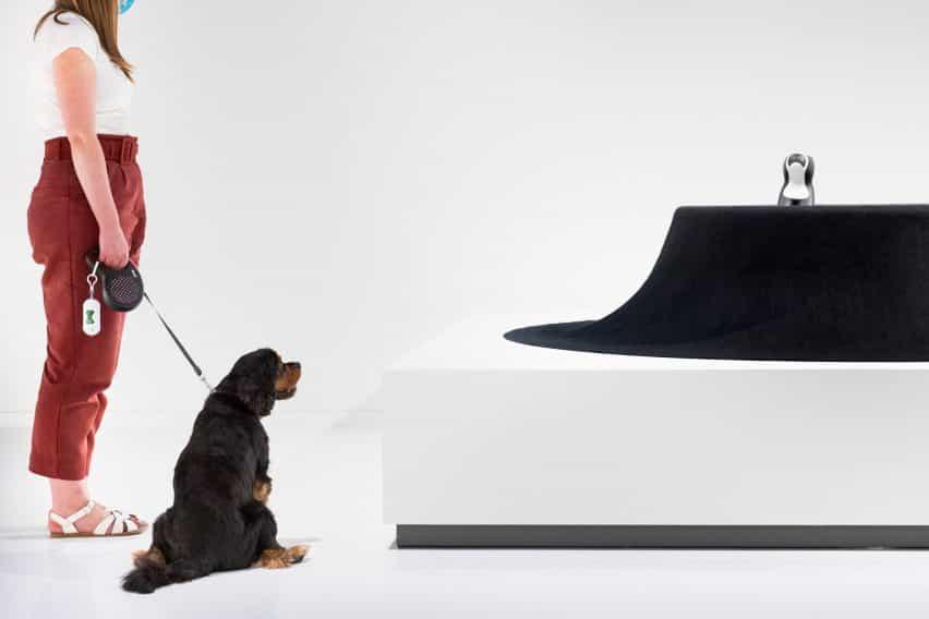 Veo que la mesa de fieltro negro por Asif Khan de Arquitectura para perros en Japón House Londres