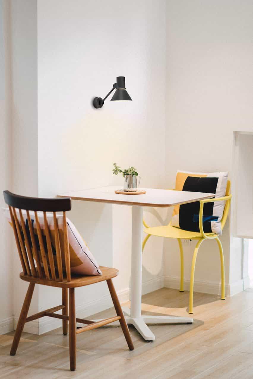 Luz de pared W2 negra de Anglepoise en una cocina