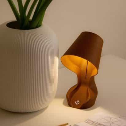 Ohmie es una lámpara impresa en 3D hecha de cáscaras de naranja