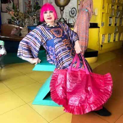 Zandra Rhodes da bolsa de IKEA Frakta un cambio de imagen de color rosa y con volantes