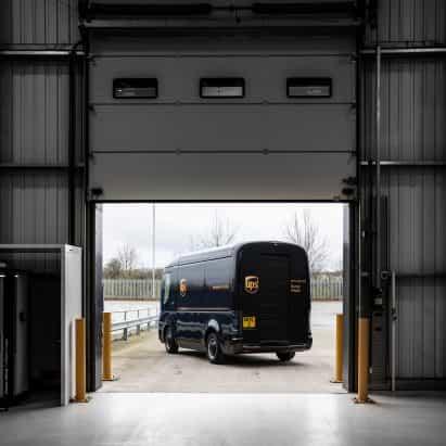 furgonetas de reparto de UPS consiguen cambio de imagen eléctrica de llegada