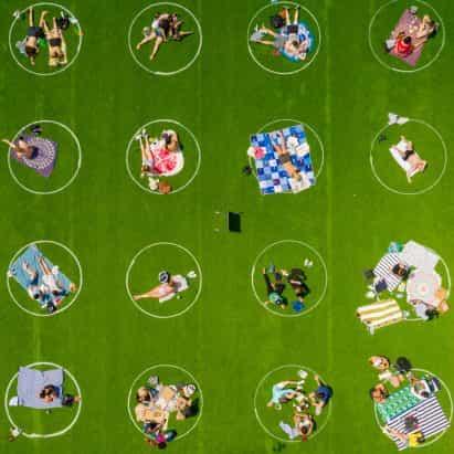 círculos blancos promover el distanciamiento social en el Parque del Dominó hierba en la ciudad de Nueva York