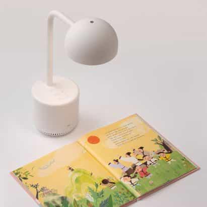 La lámpara Clova es una luz alimentada por IA que les lee libros a los niños
