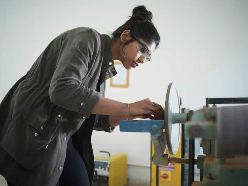 Un estudiante de diseño de Pearl Academy operando una máquina