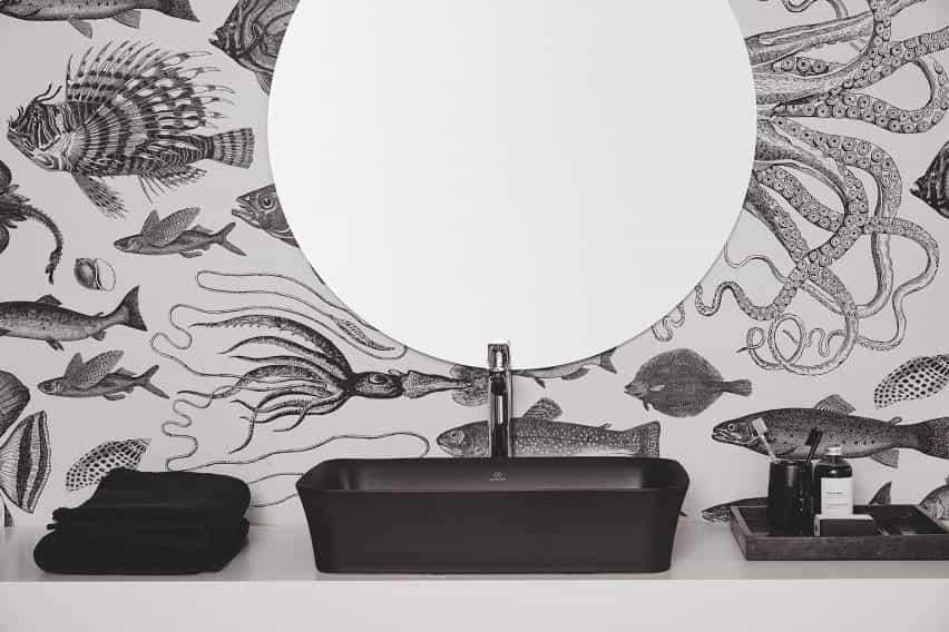 Un baño monocromático con lavabo negro