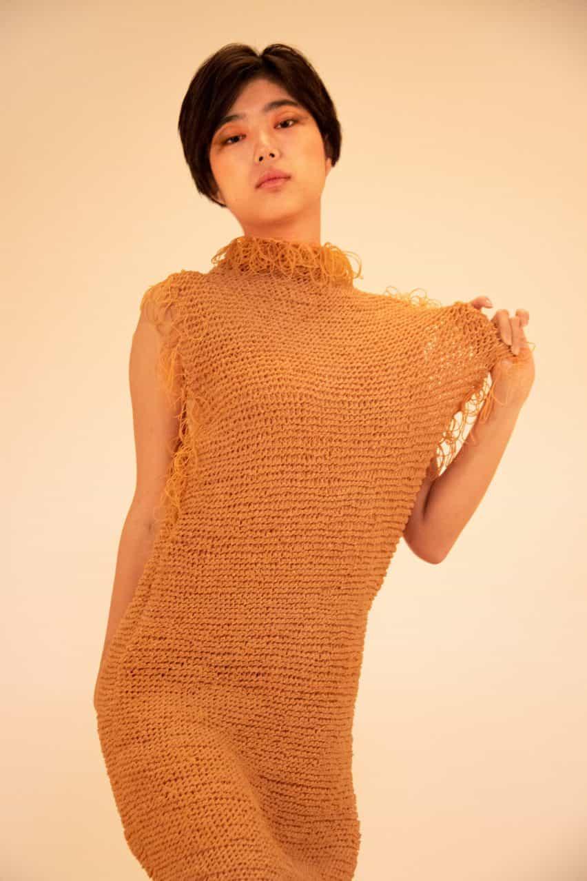 Rie Sakamoto teje bandas de goma juntos como hilo para prendas elásticas