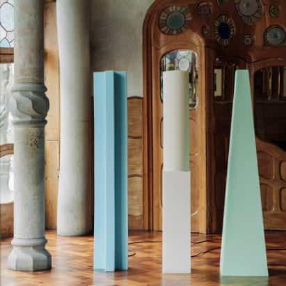 Max Enrich esculpe lámparas de espuma de tapicería para la Casa Batlló de Gaudí