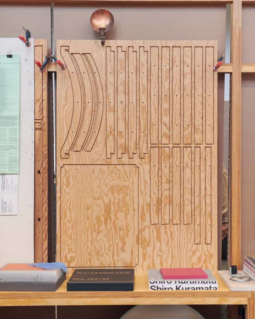 Cátedra 02 cortada en paneles de madera contrachapada por estudios de archivo
