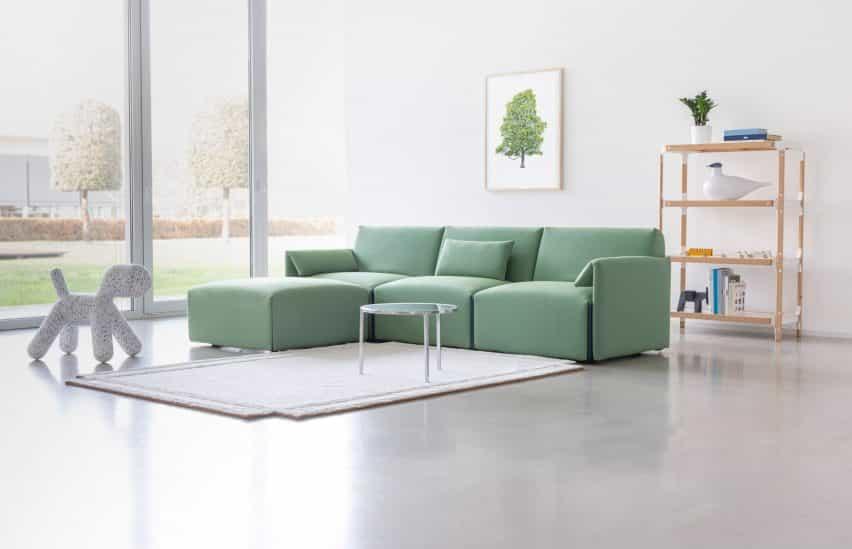 Sofá traje verde de Stefan Diez para Magos en una sala de estar