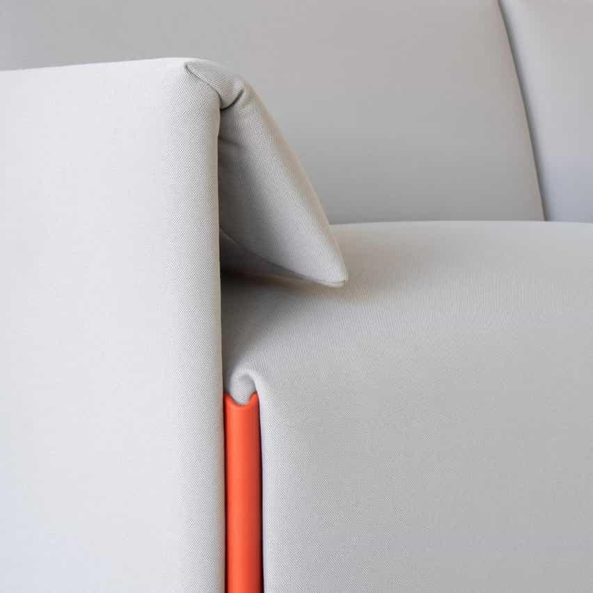 Sofá traje gris de Stefan Diez para Magis con conector de color contrastante