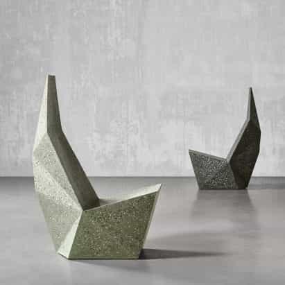 Seis asientos concretos escultóricas incluyendo líquido-como sillas y bancos aplastados