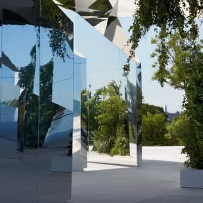 Doug Aitken crea una pasarela caleidoscópica para el espectáculo de Saint Laurent en Venecia