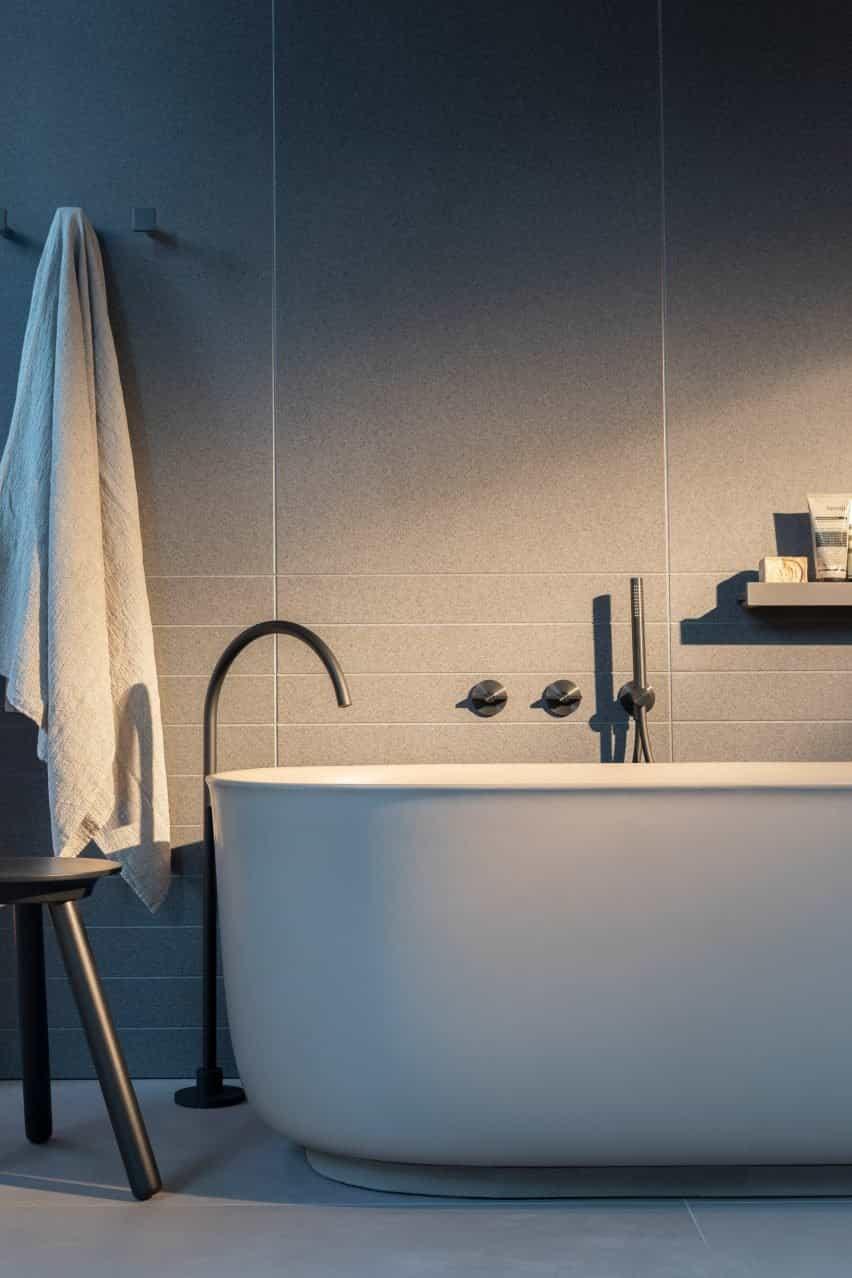 Un baño con bañera y grifo de la colección Q
