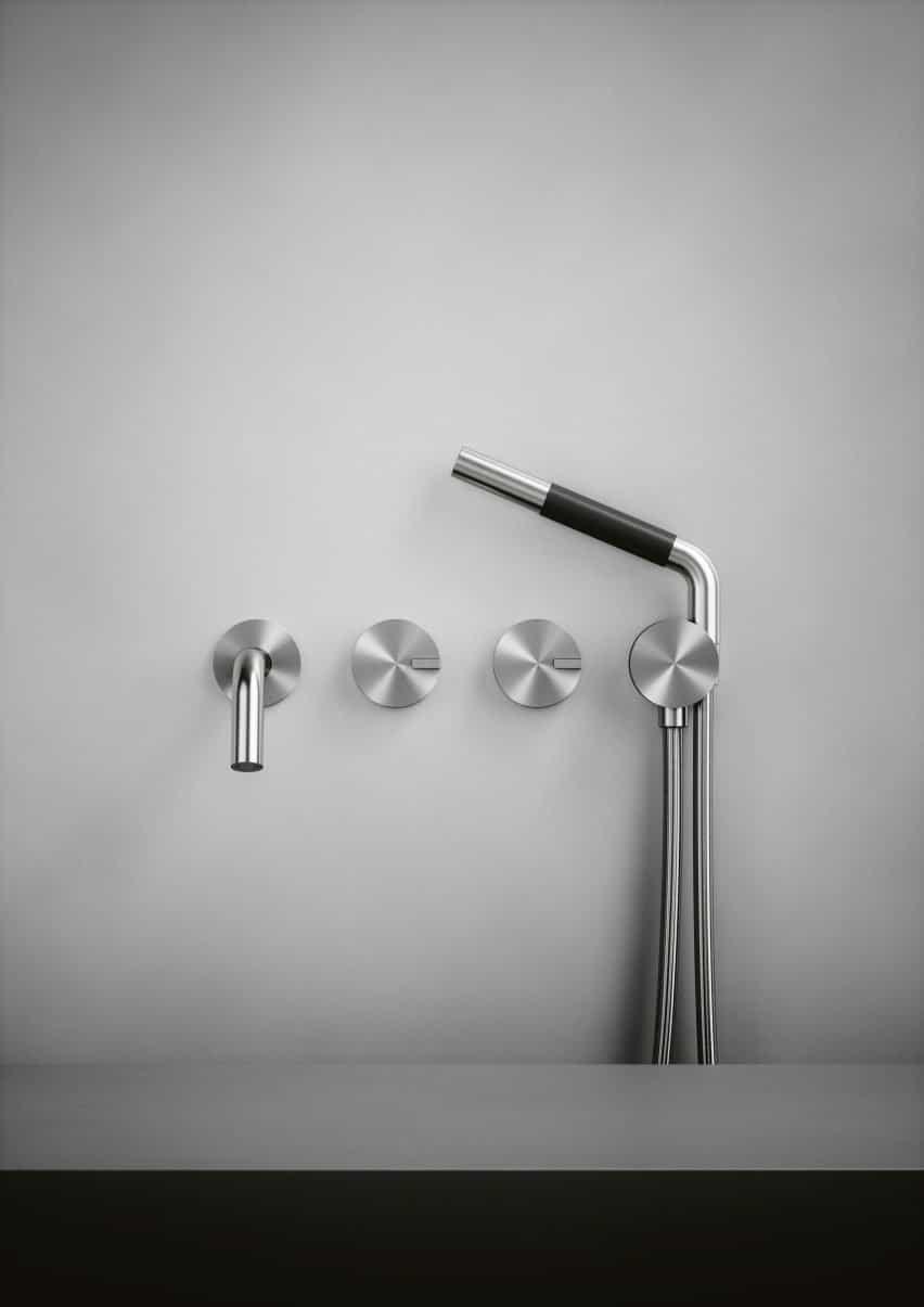 Un cabezal de ducha de plata y un grifo de baño