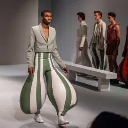 "pantalones de látex inflables de Harikrishnan crean proporciones ""anatómicamente imposibles"""