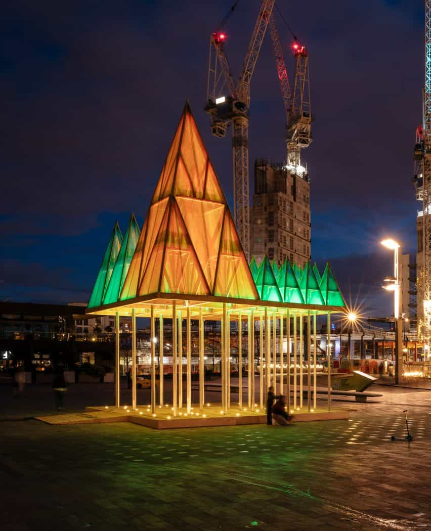 La instalación eléctrica de la Navidad de Nemeton por Sam Jacob Studio en King's Cross, Londres, por la noche
