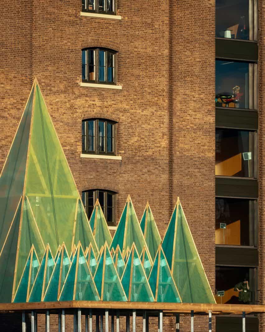 Cerca de la instalación eléctrica de Nemeton de Navidad por Sam Jacob Studio en King's Cross, Londres