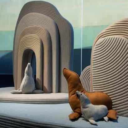 Sarit Shani Hay llena la instalación soft landscape con cojines de animales
