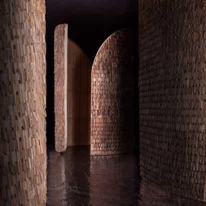 MUT Design revesti el Pabellón modular de Valencia en miles de escamas de madera