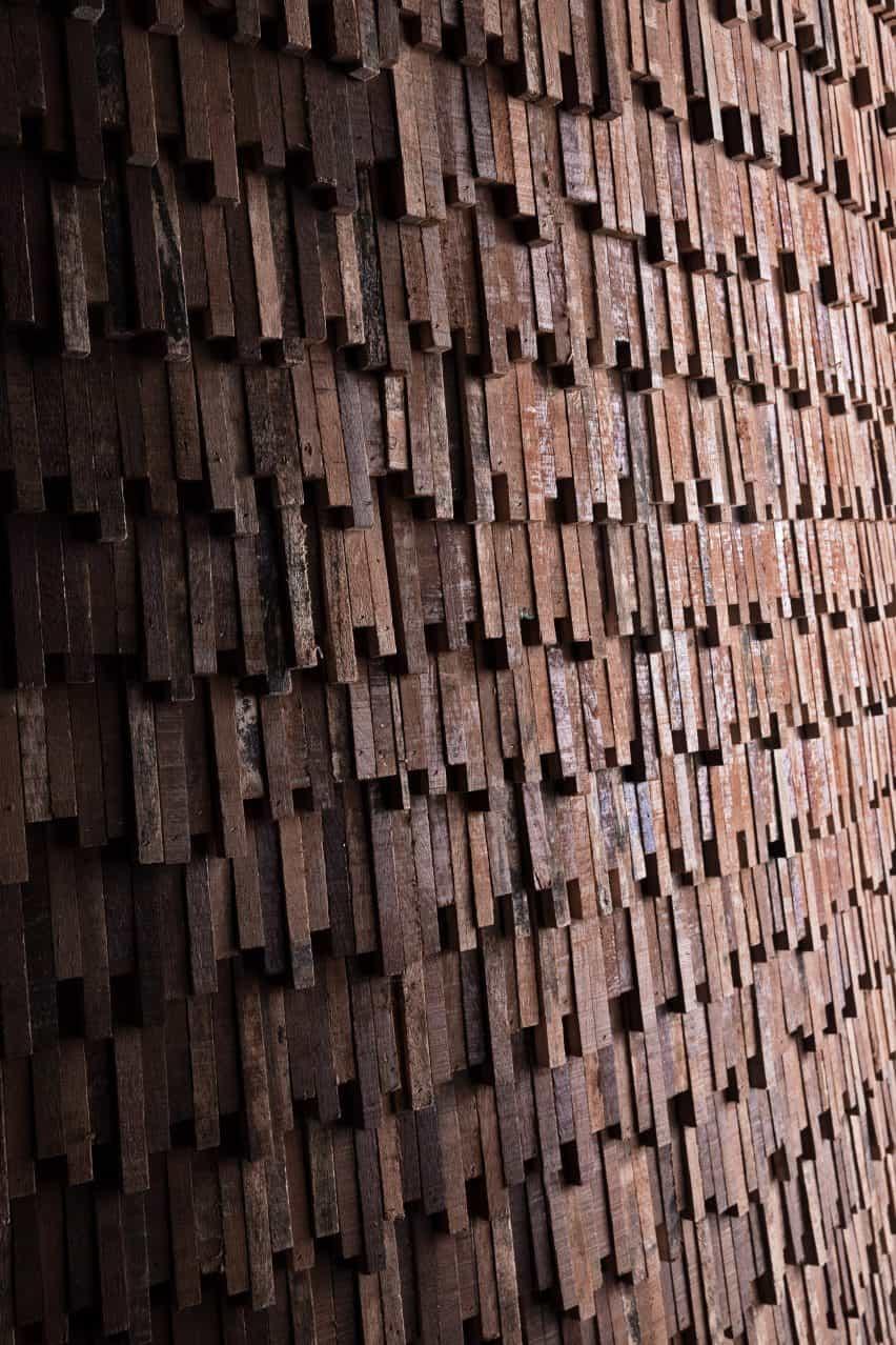 Escalas de madera recuperadas del pabellón MUT Design