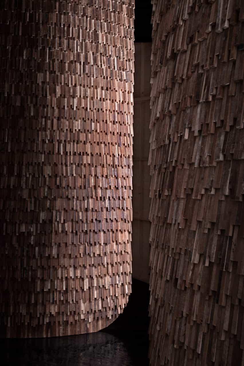 Balanzas de madera recuperadas en el exterior del Pabellón de Valencia por MUT Design