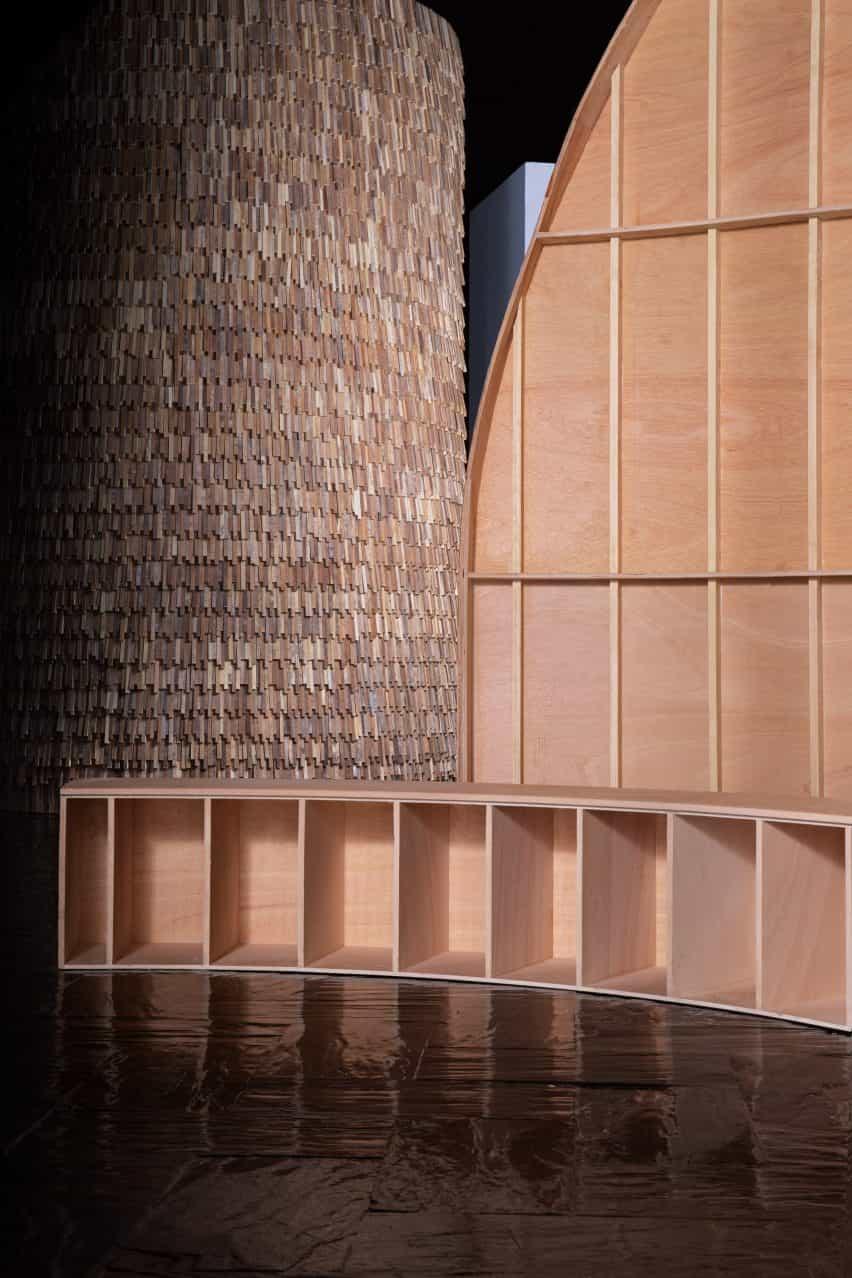 Interior, exterior y asientos de un diseño de exposición de madera de MUT Design