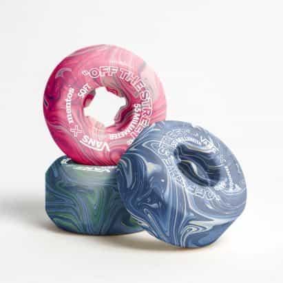 Estudiantes convierten goma de mascar desechada en coloridas ruedas de skate