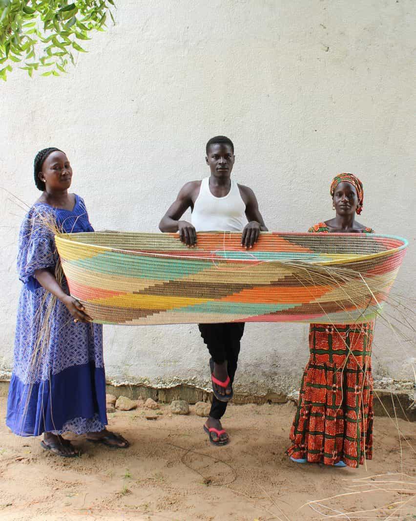 Stephen Burks creada por el hombre cestería en Senegal