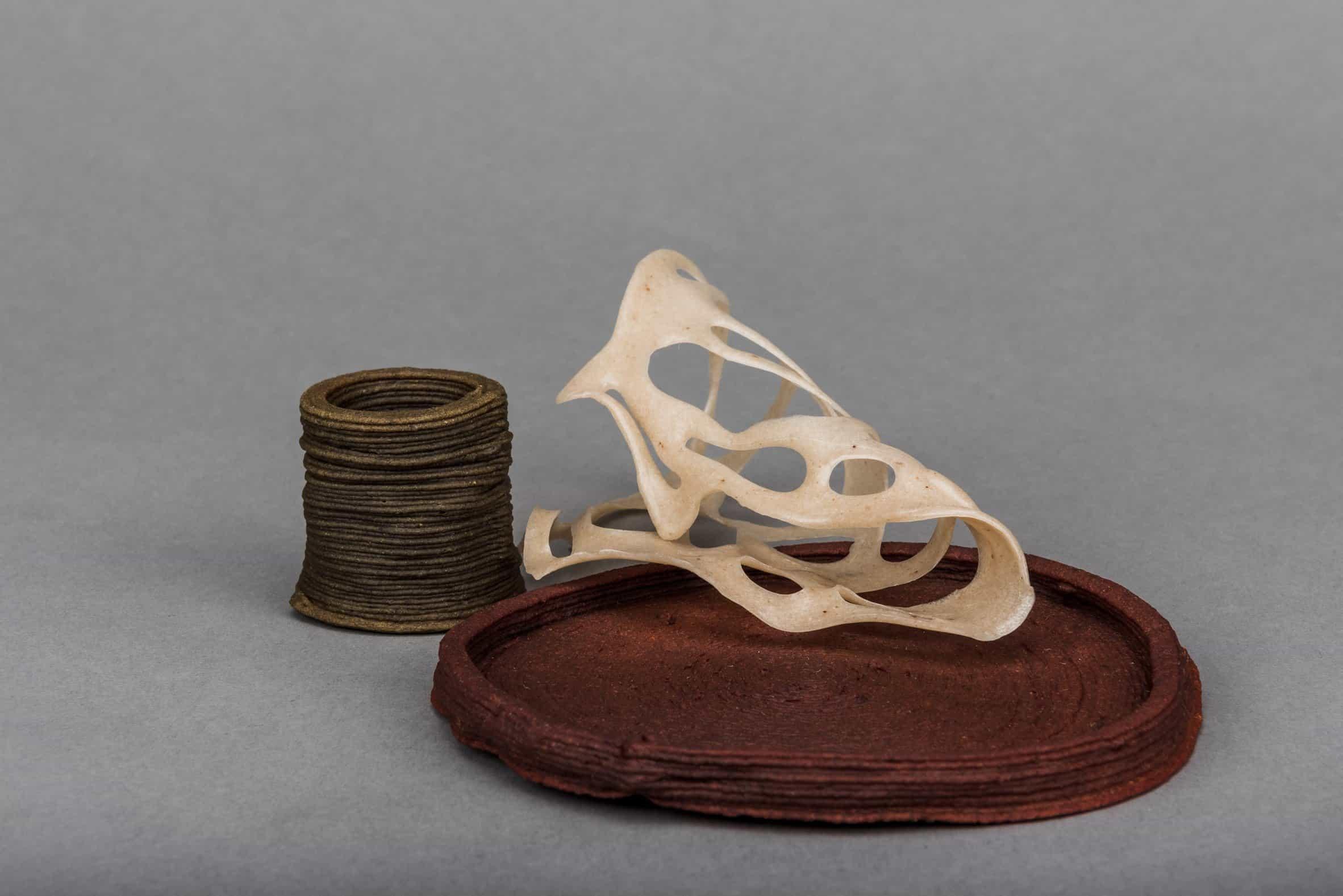 Una taza, un plato y una escultura de la colección Wastewear