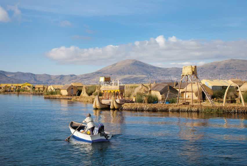 Totora Islas Flotantes son islas artificiales creadas a partir de cañas en el Perú