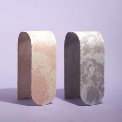 taburetes curvas de Jerome Byron están hechos de hormigón en colores pastel