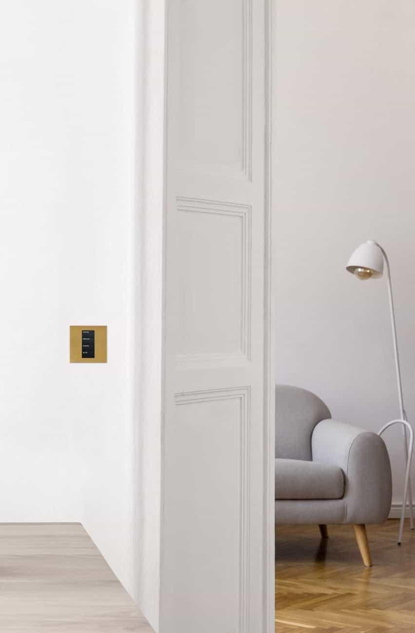 control de luz dorada en un interior neutro y blanco