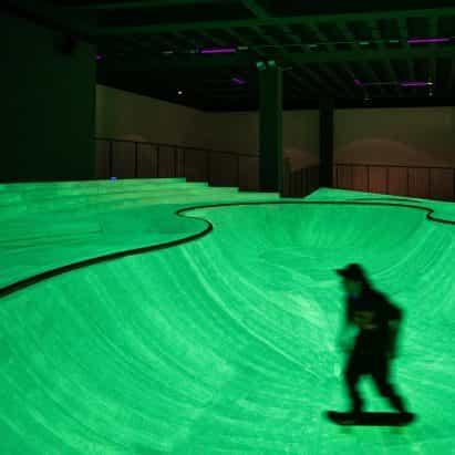 Que brillan en la oscuridad skatepark creado dentro de la Trienal de Milán de Koo Jeong Un
