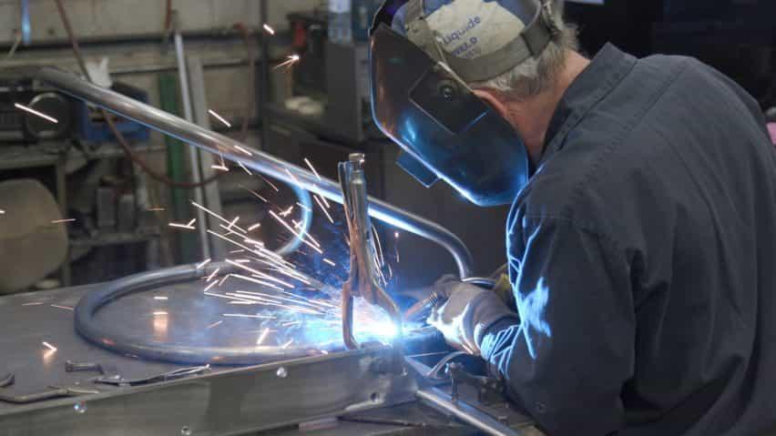 División Doce crea muebles de metal doblada con recubrimiento de polvo para el mercado de contratos que viene en una variedad de colores brillantes