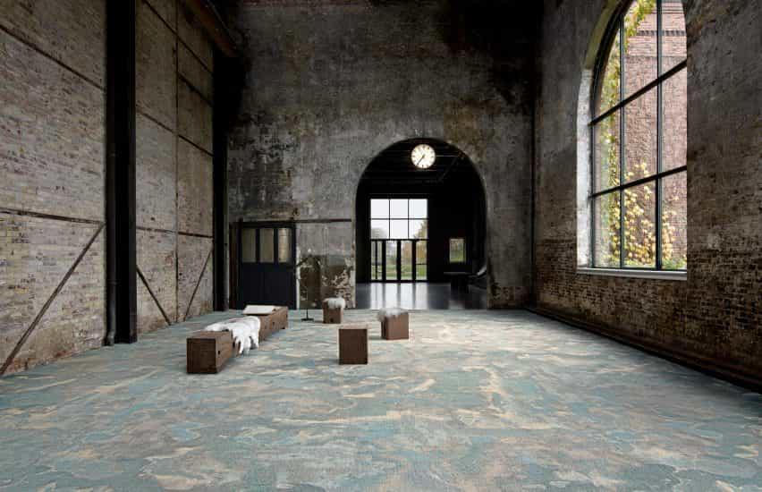Una alfombra con aspecto de mármol en un edificio de ladrillo.